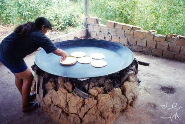 Preparação das galettes de mandioca. Foto: Lux Vidal, 2000