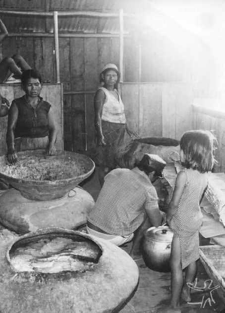 O caxiri é acondicionado nos potes, para fermentação. Foto: Frederico de Oliveira, 1978