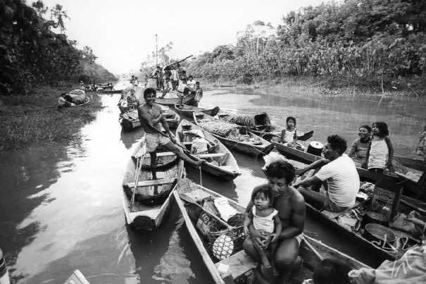 Expedição dos Galibi às cidades de Saing Georges e Oiapoque para venda de farinha, peixe seco e, principalmente, canoas. Foto: Vincent Carelli, 1982