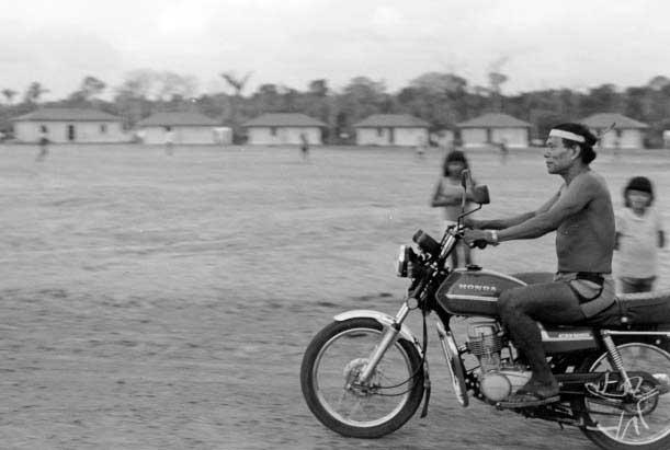 Krohokrenhum, com mais de 55 anos, resolve aprender a andar de moto. Foto: Iara Ferraz, 1985