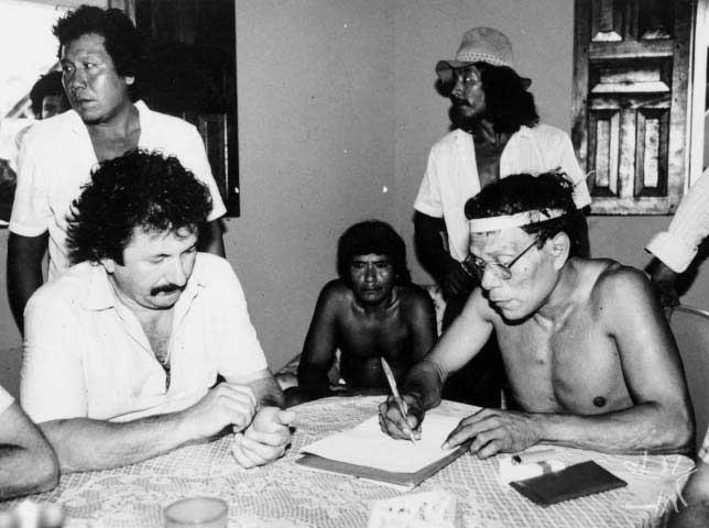O líder Krohokrenhum assinando um acordo com a Companhia Vale do Rio Doce, autorizando a passagem da estrada de ferro Carajás dentro da área Gavião mediante indenização. Foto: Cynthia Brito, 1984