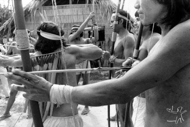 Jogo de flecha na aldeia Gavião do Mãe Maria. Foto: Miguel Rio Branco, 1976