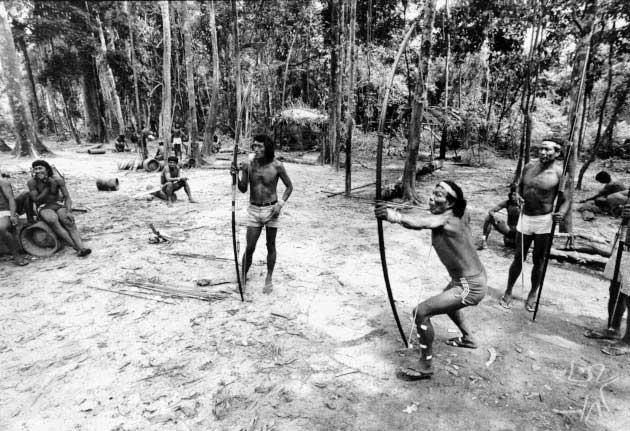 Krohokrenhum, exímio jogador de flecha. Foto: Vincent Carelli, 1983
