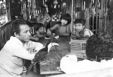 Índios Guajá do Rio Turiaçu e membros da Frente de Atração. Foto: Vincent Carelli, 1980.