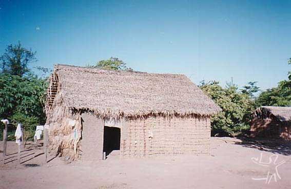 Casa guajajara na aldeia Cana Brava (TI Cana Brava). Foto: Peter Schröder, 2000