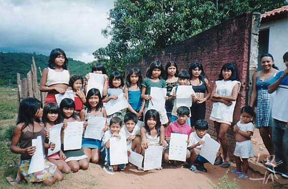 Crianças guajajara da escola da aldeia Cana Brava (TI Cana Brava) com professora timbira. Foto: Peter Schröder, 2000