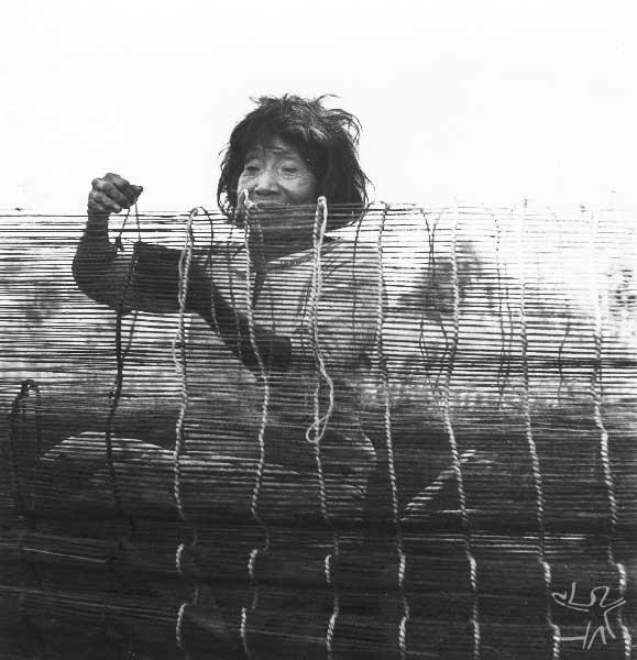 Artesã guarani kaiowa. Foto: Egon Shaden, 1949.