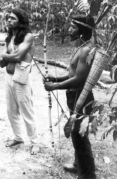 Liderança guarani ñandeva com Ailton Krenak na Terra Indígena Itariri (Serra do Itatins). Foto: acervo do ISA (sem autor), 1984.