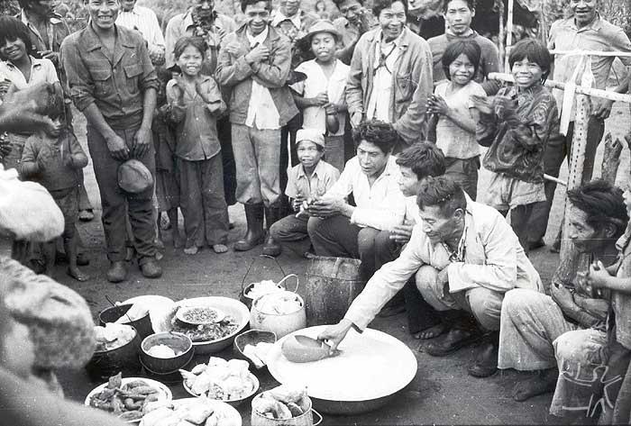 Festa Avati Kyry - Batismo do milho entre os Kaiowa na aldeia Takwapiry. Foto: Rubem T. de Almeida, 1978.