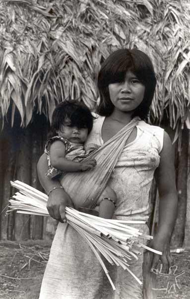 Mãe e filha na aldeia guarani mbya de Bracuí, em Angra dos Reis (RJ). Foto: Milton Guran, 1988.