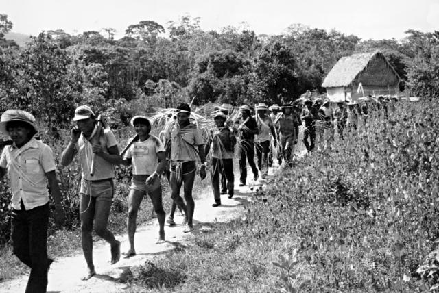 Índios Gavião e Zoró, chegando para comer depois de terminar um serviço de derrubada que demorou mais que dois meses sem interrupção, Terra Indígena Igarapé Lourdes (RO). Foto: Lars Lovold, 1981.