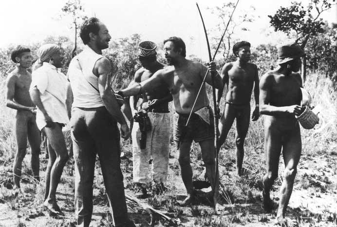 Ikpeng trocam presentes com os irmãos Villas Bôas na época do primeiro contato. Foto: Eduardo Galvão, 1964.