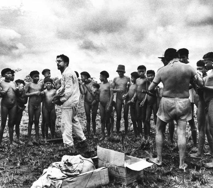 Primeiro contato dos Ikpeng com a expedição liderada pelos irmãos Villas Bôas. Foto: Eduardo Galvão, 1964.