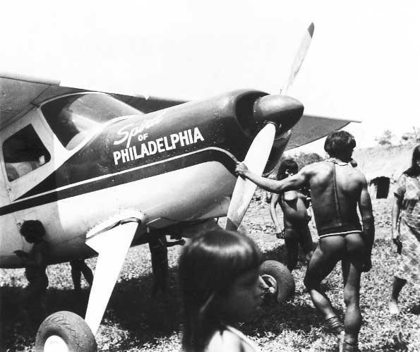Ikpeng junto ao avião que levou a expedição liderada pelos Villas Bôas aos Ikpeng. Foto: Eduardo Galvão, 1964.