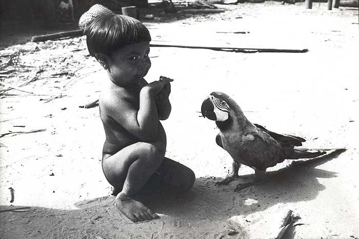 Menino na aldeia myky. Foto: Elizabeth Rondon Amarante, década de 70.