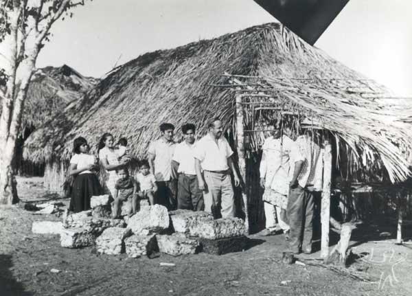 Missionário gaúcho Isidora Lermen pesando a borracha extraída pelos índios na Missão Anchieta. Foto: Arquivo OPAN, década de 60.