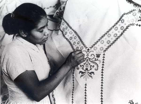 Índia manoki fazendo um bordado na Missão Anchieta. Foto: Arquivo OPAN, década de 60.