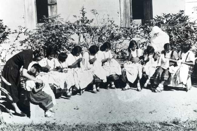 Escola de corte e costura em Utiariti, Missão Anchieta. Foto: Arquivo OPAN, década de 60.
