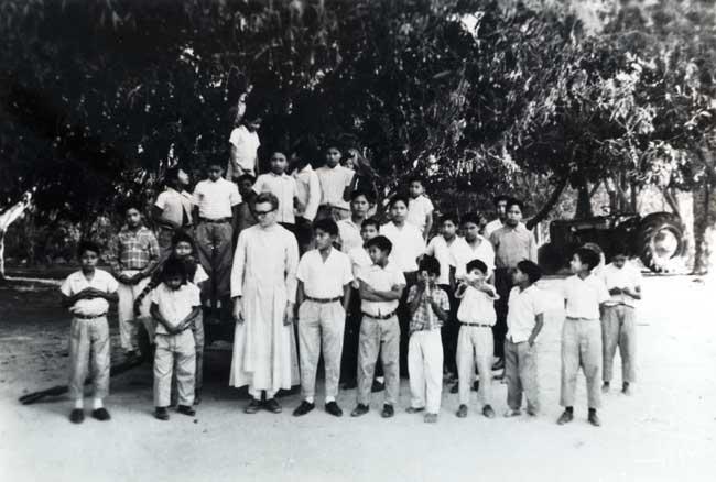 Padre Egídio Schwade e crianças do internato da Missão Anchieta. Foto: Acervo OPAN, 1963.
