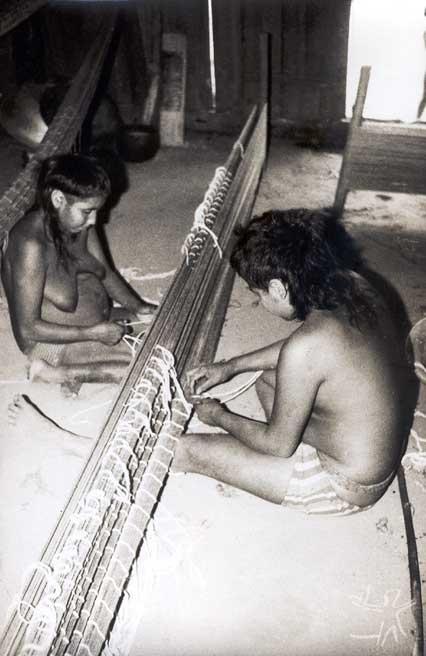 Índios myky confeccionando uma rede. Foto: Elizabeth Rondon Amarante, década de 70.