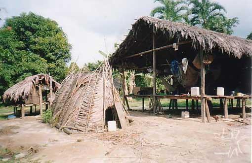 Casinha de reclusão em frente de casa Jamamadi na aldeia São Francisco (TI Jarawara Jamamadi Kanamanti). Foto: Peter Schröder, PPTAL/ 2000