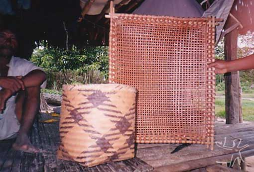 Dois exemplos de artesanato Jamamadi na aldeia Pauzinho (TI Jarawara Jamamadi Kanamanti). Foto: Peter Schröder, PPTAL/ 2000.