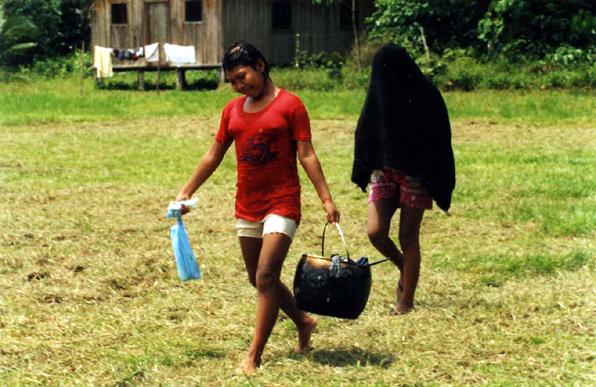 Aldeia Casa Nova, menina guiando sua irmã em recluso para ir tomar banho. Foto: Fabiana Maizza, 2004