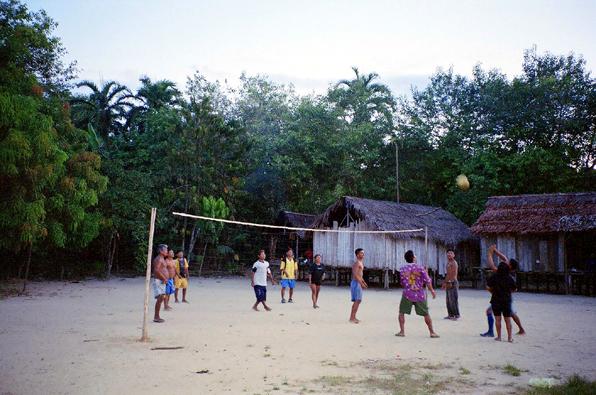 Aldeia Casa Nova, jogo de voley no fim de tarde. Foto: Fabiana Maizza, 2006