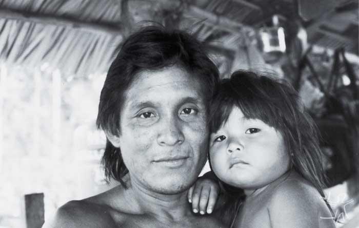 Ñagwea'i e sua família. Foto: Edmundo Peggion, 1999