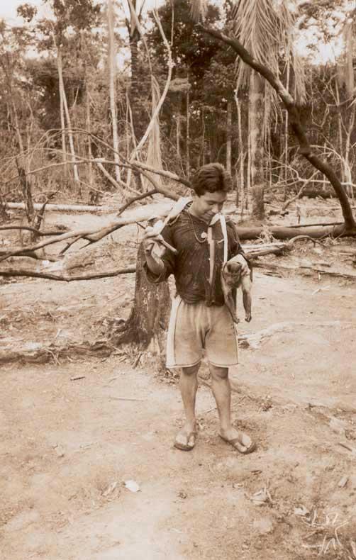 A caça: retorno do mato com um macaco. Foto: Edmundo Peggion, 1999