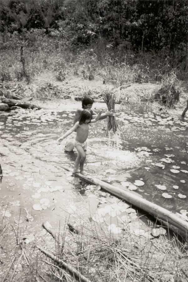 Pescando com timbó. Foto: Edmundo Peggion, 1999