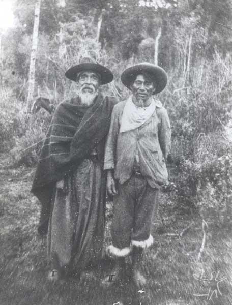 Concun, cacique do Toldo, com 80 anos, e Moreira, seu ajudante. Foto: acervo Museu do Índio, década de 1920.