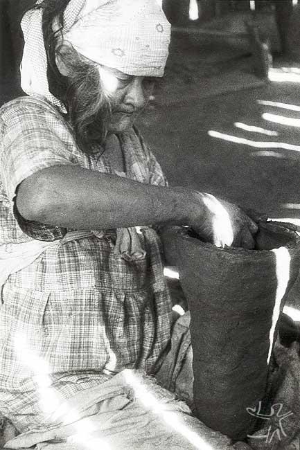 Mulher kaingang no posto Icatu fabricando uma panela de cerâmica. Foto: Harold Shultz, 1947.