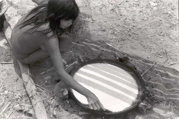 Mulher prepara beiju. Foto: René Fuerst, 1955.