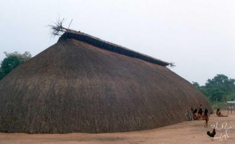 Habitação na aldeia Aiha. Foto: Beto Ricardo, 2002.