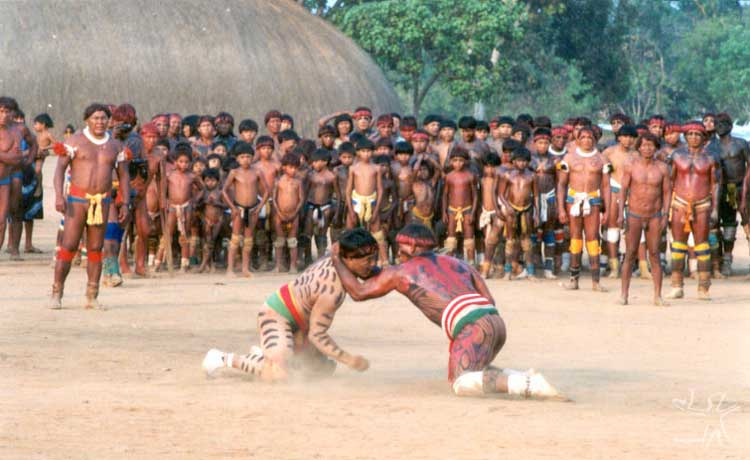 Convidados e anfitriões em luta ritual no Egitsu (Kwarup) na aldeia Aiha. Foto: Beto Ricardo, 2002.