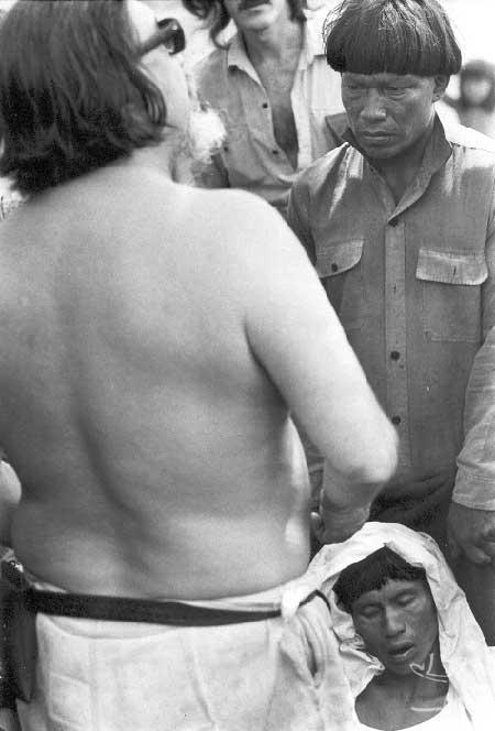 Orlando Villas Bôas trocando presentes com os Kamaiurá. Foto: Pedro Martinelli, 1973.