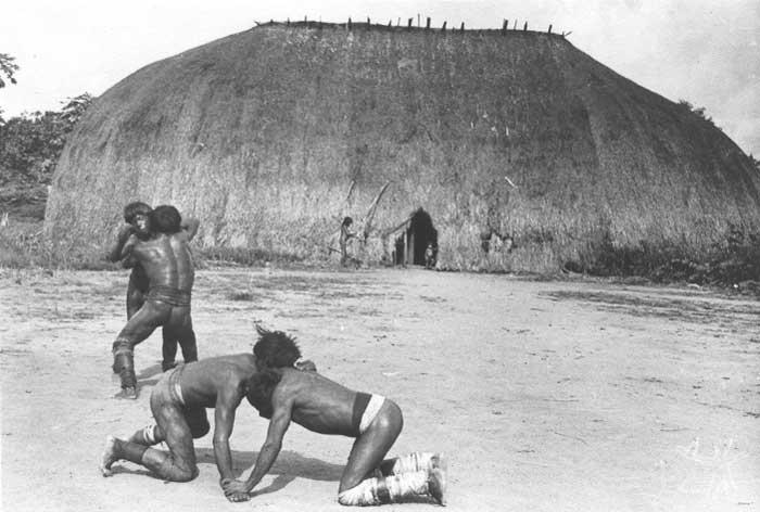 Kamaiurá lutam o Huka-huka. Foto: Eduardo Galvão, 1969.
