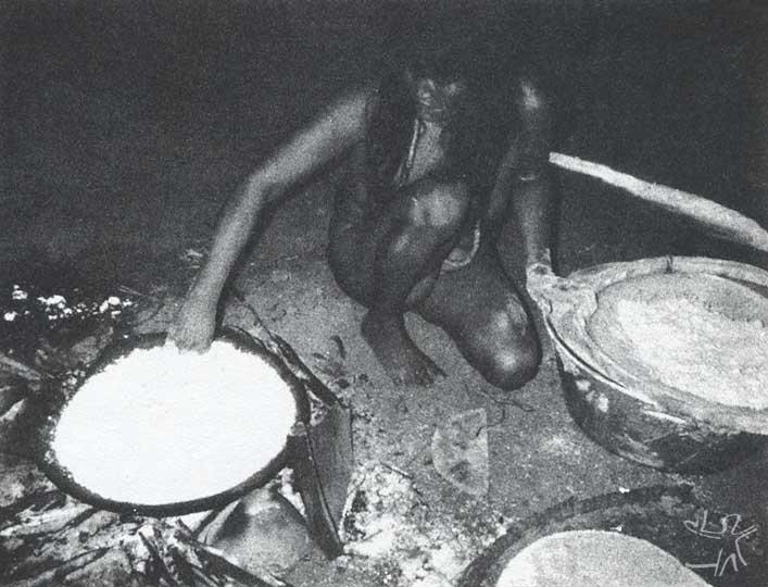 O preparo do beiju. Foto: Carmen Junqueira, 1972.