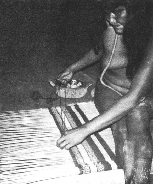 Elaborando uma esteira. Foto: Carmen Junqueira, 1972