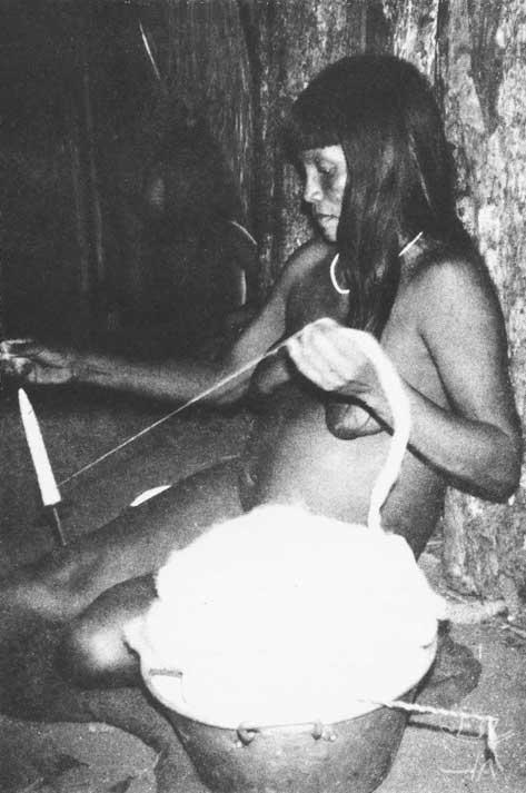 Fiando o algodão nativo. Foto: Carmen Junqueira, 1972.