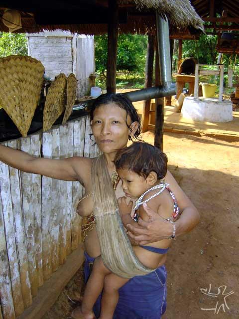 Mulher kanoê com seu filho. Foto: Ineke Holtwijk, 2003.