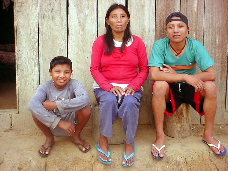 Katsiká e seus filhos. Foto: Gilberto Azanha, 2004.