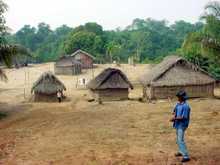 A aldeia Karipuna no rio Jaci-Paraná. Foto: Gilberto Azanha, 2004.