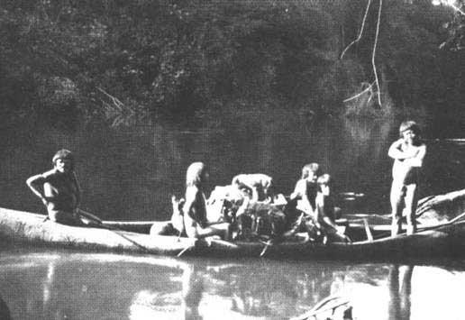 Imagem identificada como de uma família Karipuna pelo fotógrafo oficial da EFMM. Foto: Dana Merril, , entre 1907 e 1912.