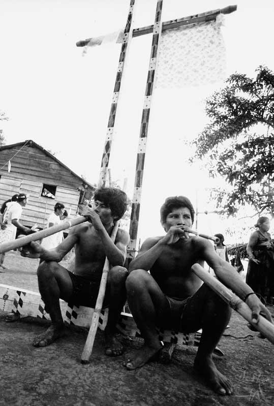 Turé na aldeia Espírito Santo. Foto: Vincent Carelli, 1982.