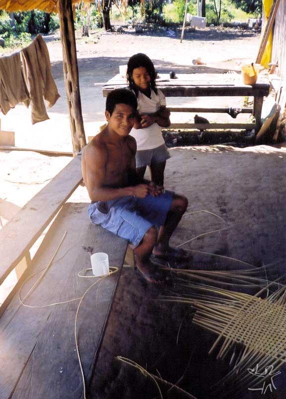 Rapaz karitiana trançando uma peça de cestaria a ser comercializada. Foto: Felipe Ferreira Vander Velden, 2003.