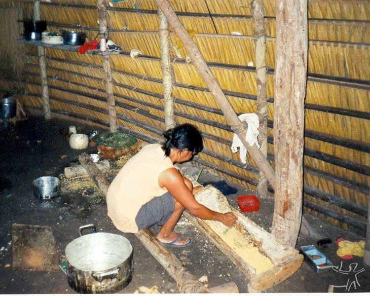 Mulher karitiana preparando a farinha de milho. Foto: Felipe Ferreira Vander Velden, 2003.