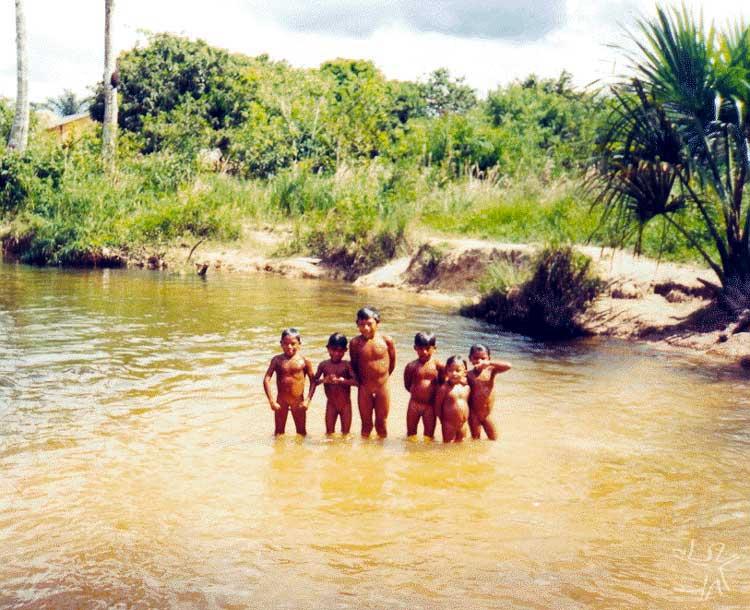 Banho de rio na TI Karitiana. Foto: Felipe Ferreira Vander Velden, 2003.