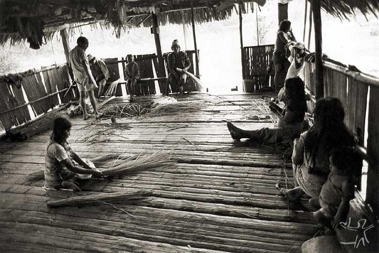 Mulheres Kaxinawá confeccionando cestaria. Foto: Nietta Lindenberg Monte, 1984